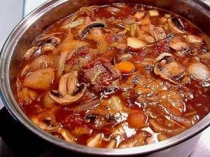 Суп мясной с шампиньонами и домашней лапшой