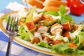 Салат «Цезарь» с отварной курицей и сухариками
