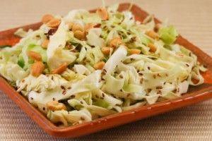 Салат из капусты с горошком.