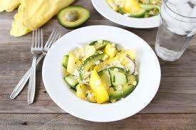 Салат с авокадо, сыром и сладкой грушей