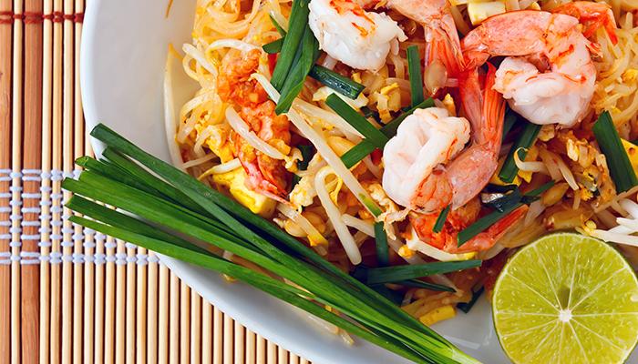 Китайский салат может быть разным: с курицей, огурцами, лапшой