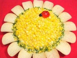 Салат из курицы и чипсов подсолнух