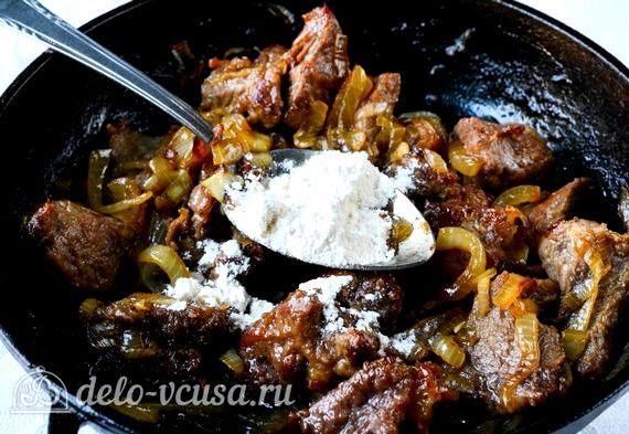 Гуляш из говядины с подливкой рецепт с фото пошагово в сковороде с мукой
