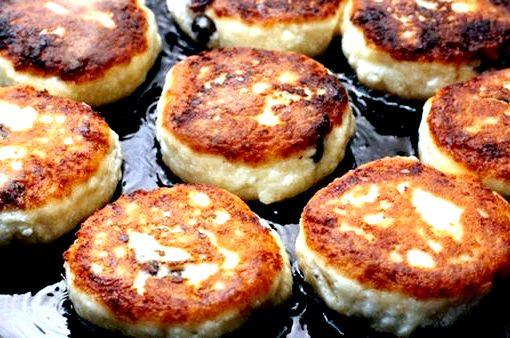 Приготовление сырников из творога на сковороде пошаговый рецепт Творожную массу выкладывают столовой ложкой