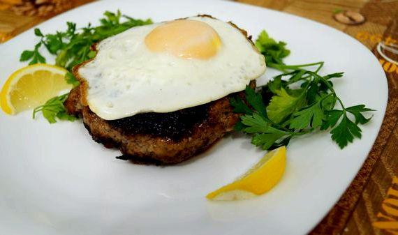 Рецепт бифштекса из фарша с яйцом