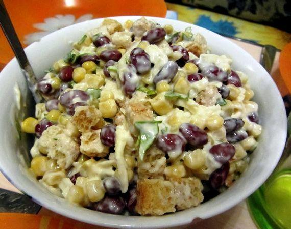 Салат с сухариками и фасолью рецепт с фото