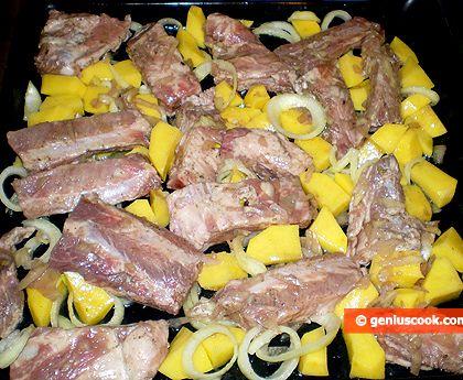 Свиные ребрышки в духовке с картошкой рецепт с фото уже поверх лука