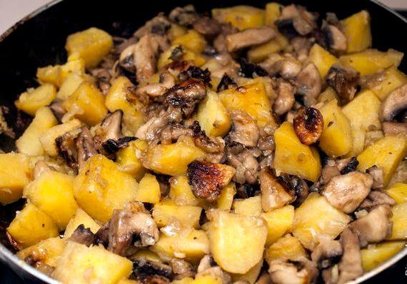 Жареная картошка с грибами на сковороде рецепт с фото